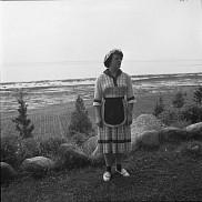 Femme r&eacute;sidant &agrave; l'&Icirc;le-aux-Coudres, 1950.<br><br>Biblioth&egrave;que et Archives nationales du Qu&eacute;bec. P728, S1, D1, P4-25 /Fonds Lida Moser / &Icirc;le-aux-Coudres - Chapelle des processions / Lida Moser - 1950<br>