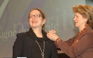 Denise St-Cyr Tribble recevant l'Insigne du mérite.