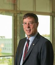 Le professeur Jean-Pierre Perreault, vice-recteur à la recherche et aux études supérieures.