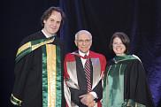 Robert&nbsp; P. Kouri, r&eacute;cipiendaire du prix Grande distinction en enseignement universitaire, en compagnie du doyen Lebel-Grenier et de la vice-rectrice aux &eacute;tudes, la Pre Lucie Laflamme.<br>