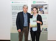 Le vice-doyen Alain Delisle et Angélina Lacroix, récipiendaire du Prix d'excellence en recherche au premier cycle.