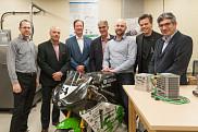 Dans l'ordre, M. Alain Chapdelaine, de Alcoa-Innovation, ainsi que M. Jacques Internoscia, de ALU-Qu&eacute;bec, sont en pr&eacute;sence de M<sup>e</sup> Fran&ccedil;ois Dub&eacute;, de la Fondation de l'UdeS, Pr Alain Desrochers, F&eacute;lix-Antoine Lebel, &eacute;quipe EMUS, Pr Patrik Doucet, doyen de la Facult&eacute; de g&eacute;nie, et Pr Jo&atilde;o Pedro Trov&atilde;o.