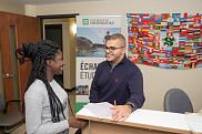 Dans les locaux de l'Agence des relations internationales (ARIUS), Mohamed Hadj Ali accueille les nouvelles et nouveaux étudiants internationaux.