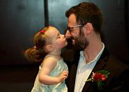 Alice Buteau félicite son papa le Dr James Buteau, nucléiste.