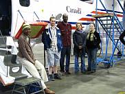 Les professeurs Ramata Magagi et Kalifa Goïta avec quelques étudiants de l'UdeS devant l'avion d'Environnement Canada.