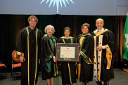 L&rsquo;Universit&eacute; de Sherbrooke a eu le privil&egrave;ge d'attribuer un doctorat <em>honoris causa</em> &agrave; la cin&eacute;aste de renomm&eacute;e internationale Alanis Obomsawin, le 15 mars, au Centre culturel.