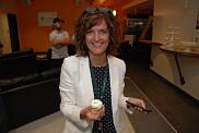 Guylaine Sévigny, coordonnatrice administrative et une des trente bénévoles de la campagne facultaire, pose avec un mini cupcake préparé spécialement pour l'occasion.