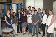 À partir de la droite : Marie-Claude Bibeau, ministre du Développement international de la Francophonie, etKirstyDuncan, ministre des Sciences et ministre des Sports et des Personnes handicapées. Elle sont en compagnie de chercheurs en physique.