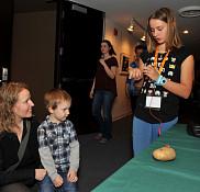 Pre Fanie Pelletier et son fils Edouard au kiosque 124, «Potato Battery» avec Anne-Marie Lanctôt et Zoe Patenaude de Sherbrooke Elementary School.