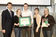 Stéphanie Lavergne, Alexandre Pépin-Ross et Andréanne Giguère, représentants du GCIUS, reçoivent le prix des mains de Louis Marquis, vice-recteur à la communauté universitaire, et de Barbara Morin, lauréate du Défi étudiant 2005.