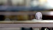 Une pastille faite d'un cuprate, matériau utilisé pour générer la supraconductivité et faire fonctionner le train à lévitation magnétique.