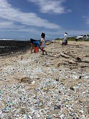 Plage Kamilo à Hawaï, envahie par des déchets de plastique