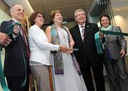 La rectrice Luce Samoisette et la ministre Hélène David coupent le ruban inaugural, entourées du doyen Pierre Cossette, du député Guy Hardy et de la présidente-directrice générale du CIUSSS-CHUS, Patricia Gauthier.