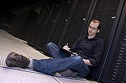 Le professeur David Poulin devant le super ordinateur Mammouth