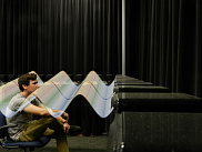 Auditeur plongé dans un champ sonore reproduit par un réseau de haut-parleurs.