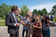 Le doyen de la Faculté de droit, Sébastien Lebel-Grenier, discute avec Ensaf Haidar et ses enfants.