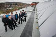 Les huit étudiants membres du projet ARES, aux côtés de l'installation