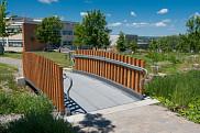 La passerelle piétonne dans le Coeur campus de l'UdeS.