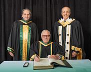 Le Pr John Ingham en compagnie du doyen de l'École de gestion, Pr François Coderre et du recteur de l'UdeS, Pr Pierre Cossette.
