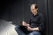 David Poulin, professeur à la Faculté des sciences, devant un des ordinateurs les plus puissants au monde, le super-ordinateur Mammouth de l'UdeS.
