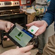 On peut télécharger une recette directement dans l'application «RecipeHelper» grâce à une puce NFC.