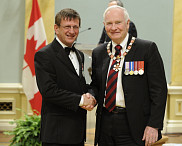 <p>Le professeur Aurel Schofield, en compagnie du gouverneur g&eacute;n&eacute;ral du Canada, David Johnston</p>