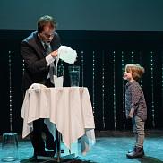 Yannick Bergeron et son assistant pour l'exp&eacute;rience, le jeune Julien<br>