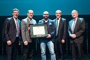 Au centre, Mathieu Robert, récipiendaire du prix Tremplin, catégorie Sciences naturelles et génie