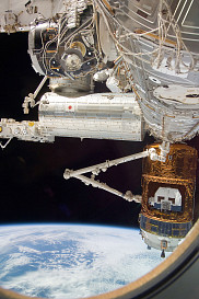 30 octobre 2009 – Le Canadarm2 saisit le véhicule de transfert japonais automatique H-II (HTV) avant qu'il ne se détache de la Station spatiale internationale.