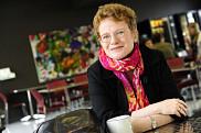 Marie Beaulieu est professeure-chercheuse à l'École de travail social de la Faculté des lettres et des sciences humaines de l'Université de Sherbrooke ainsi qu'au Centre de recherche sur le vieillissement du CIUSSS de l'Estrie - CHUS.