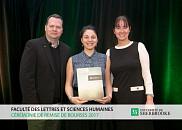 Le professeur Mario Boivin, représentant de La Fondation de l'UdeS, Laurence Mignault, récipiendaire de la bourse offerte par le Fonds de bourses Monseigneur Irénée-Pinard, et Guylaine Côté, directrice du Département de psychologie.