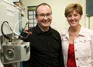 Le professeur Boisvert a expliqué à la ministre Bibeau le fonctionnement du nouveau spectromètre de masse acquis grâce au financement de la Fondation canadienne pour l'innovation.