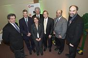 Le titulaire Alain Desrochers (2<sup>e</sup>) et le vice-recteur &agrave; la recherche Jacques Beauvais (&agrave; l'extr&ecirc;me droite) ainsi que quelques partenaires de la nouvelle chaire provenant du CQRDA, du CRSNG, d'Alcoa et du Centre de recherche R&Eacute;GAL.