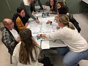 Les citoyens travaillent ensemble autour d'un plan de leur ruelle lors du premier atelier de mobilisation.