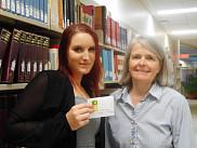 Madame Catherine Jarest, gagnante et Madame Sylvie Fournier, directrice générale du Service des bibliothèques et archives