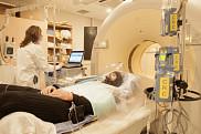 Les travaux du P<sup>r</sup> Andr&eacute; Carpentier sont orient&eacute;s vers l&rsquo;&eacute;tude de la graisse brune. Pour y arriver, le patient a enfil&eacute; une combinaison qui reproduit une exposition au froid.
