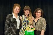 La gagnante du prix du Centre Anne-Hébert, Marie-Soleil Guèvremont, en compagnie d'Anick Lessard, vice-doyenne à la Faculté des lettres et sciences humaines, et de Kiev Renaud, écrivaine et membre du jury littéraire.