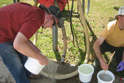 Le professeur Claverie procède au mélange en collaboration avec l'équipe d'Agriculture Canada, avant l'application en champ.