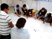 Des jeunes Tunisiens participent à une activité de simulation politique à la veille des prochaines élections.