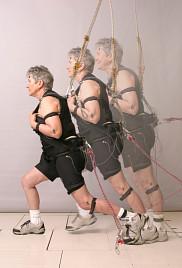 Les participants ont &eacute;t&eacute; plac&eacute;s dans un &eacute;quipement de type &laquo;tour inclin&eacute;e&raquo;. Retenus par une ceinture pelvienne, ils &eacute;taient positionn&eacute;s dans un angle pouvant aller de 2<span>&nbsp;</span>&agrave; 40<span>&nbsp;</span>degr&eacute;s.