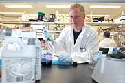 <p>L&rsquo;&eacute;quipe du biologiste Luc Gaudreau teste des pesticides couramment utilis&eacute;s en agriculture.</p>