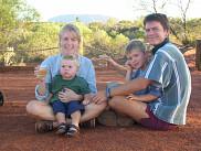 <p>La famille Plaisance en Australie &ndash;<span>&nbsp;</span>les parents France et Martin, ainsi que leurs fils Bruno et Samuel, en 2004. Coucher du soleil avec Ayer's Rock en arri&egrave;re-plan, le fameux monolithe que les aborig&egrave;nes appellent Uluru.</p>