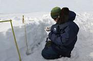Nicolas Marchand, Ph.D., dans une fosse-à-neige pour en caractériser les propriétés thermodynamiques.