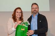 La gagnante du Prix du Centre Anne-Hébert, a reçu son prix de Bruno Lemieux, professeur au Cégep de Sherbrooke et membre du jury.