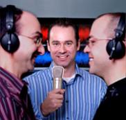 Le professeur Roch Lefebvre au centre, entouré de Philippe Gournay et Tommy Vaillancourt, deux chercheurs qui contribuent aux travaux du Groupe de recherche sur la parole et l\'audio de l\'UdeS