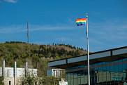 Le drapeau arc-en-ciel flotte au Campus principal<br>