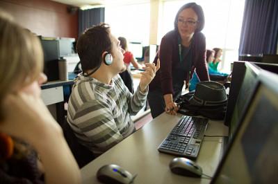 Le cours TRA318 permet aux étudiantes et étudiants de se familiariser avec les différentes étapes du sous-titrage au cinéma et avec les outils utilisés.