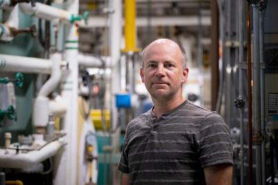Claude Handfield est directeur de la division ingénierie au Service des immeubles et responsable de l'implantation des projets en matière d'efficacité énergétique.