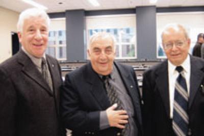 Basile Spiridonakis (à droite) avec Bernard Chaput et Jean-Guy Lavallée lors des Grandes Retrouvailles d'octobre 2004.