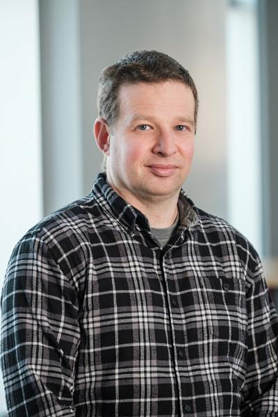 Simon Brière se spécialise notamment dans la téléréadaptation et la télésanté, le déploiement et l'utilisation de capteurs à domicile, l'analyse de données de recherche et l'informatique de la santé.